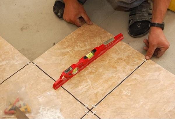 Как положить плитку на пол кухни своими руками видео