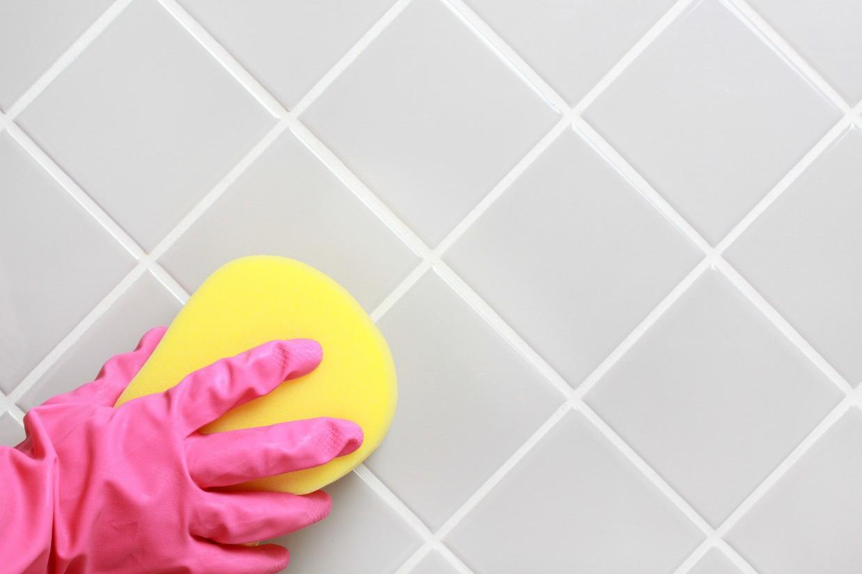 Обновляем швы между плиткой и ванной