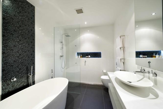 Интерьер ванной комнаты с отделкой плиткой