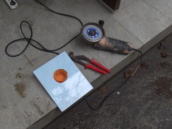 Как сделать отверстие в плитке под розетку