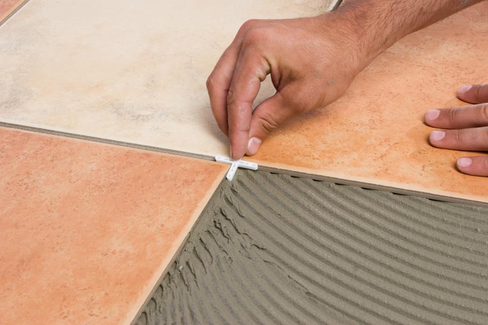 Крестики для укладки плитки помогут сделать швы ровными
