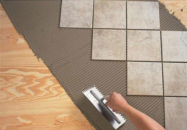Для укладки плитки на деревянное основание требуется специальный клей