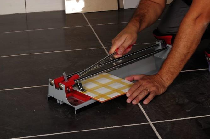 Роликовый плиткорез удобен в использовании