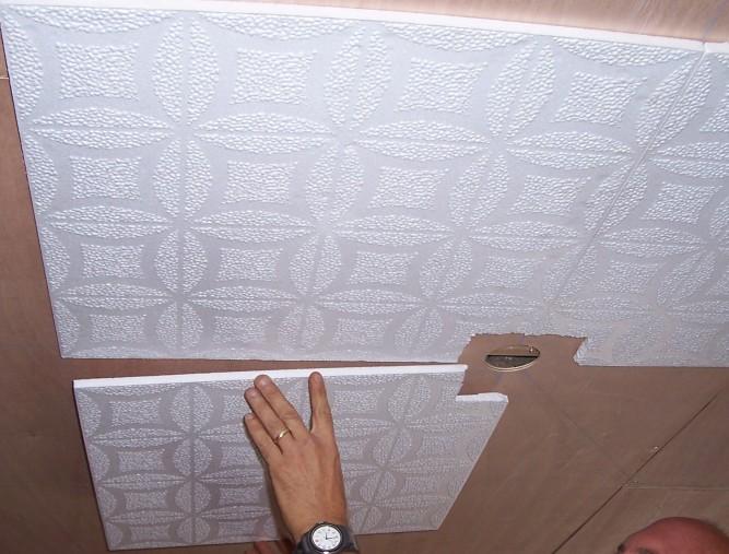 Важной особенностью клея для потолочной плитки является скорость высыхания