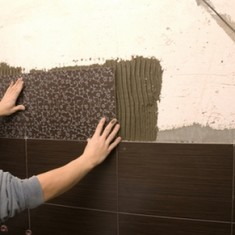 Как класть плитку на неровную стену