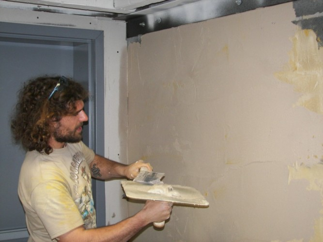 Как клеить плитку под кирпич