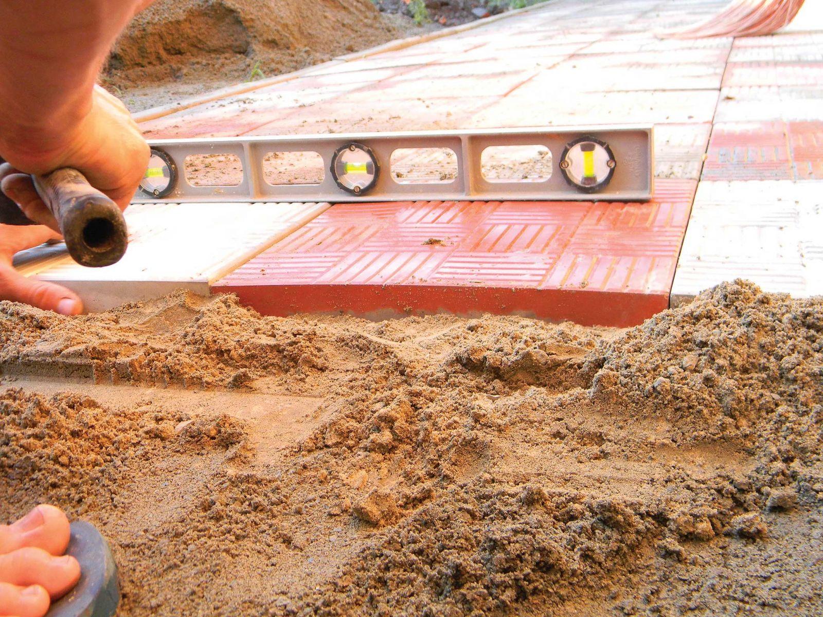 Укладка тротуарной плитки на песок своими