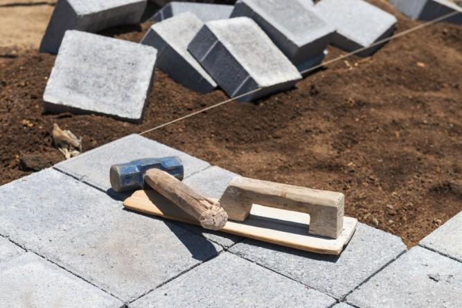 Укладка тротуарной плитки на цементно-песчаную смесь