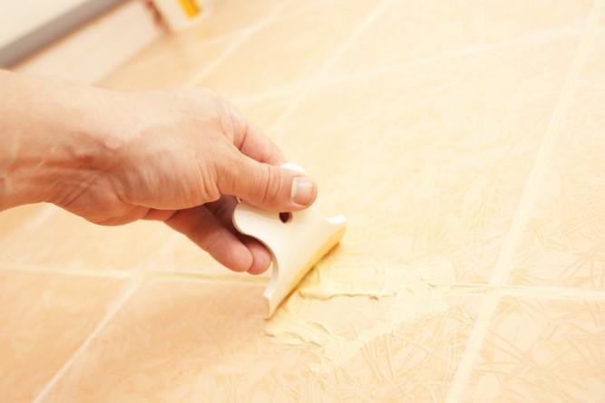 Процесс затирки швов плитки