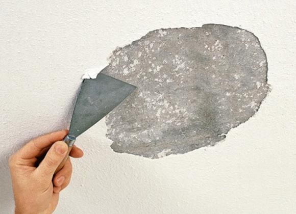 Шпатель поможет почистить потолок
