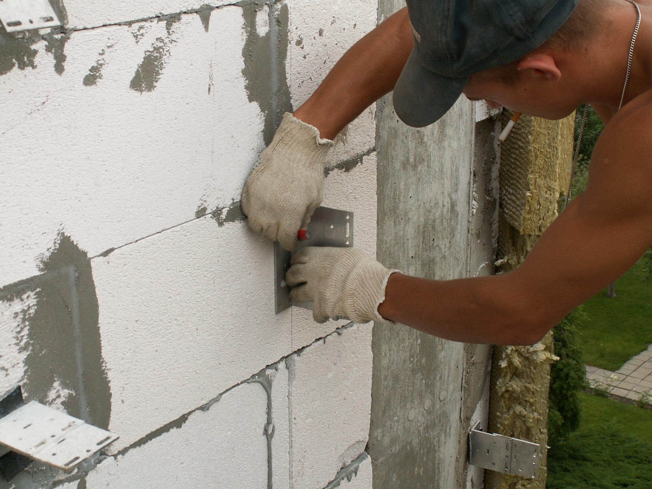 как крепить пеноблок к стене